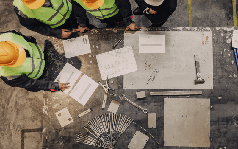 Zasady BHP są szczególnie ważne w sektorze budowlanym.